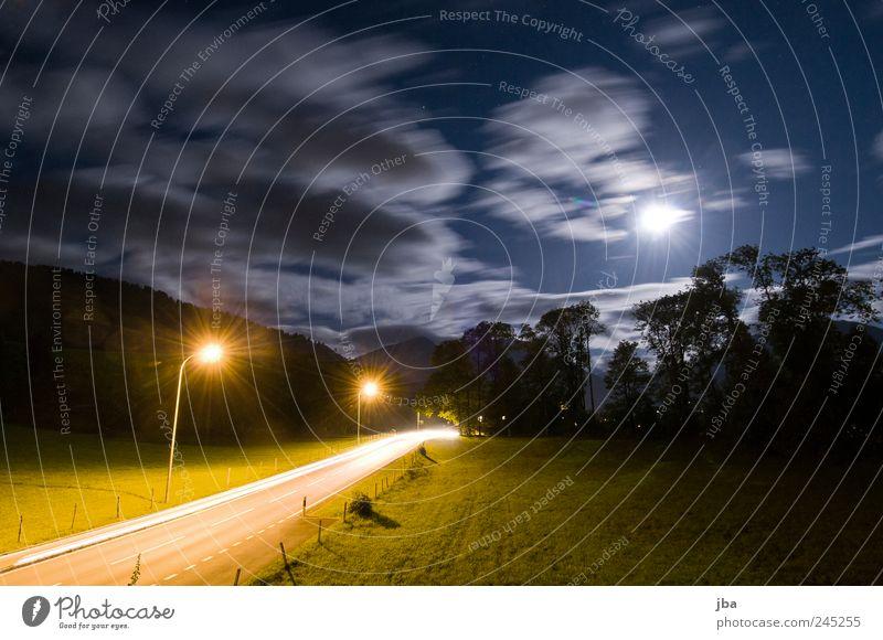 Lichtquellen Stil Nachtleben Himmel Wolken Nachthimmel Stern Mond Gras Alpen Saanenland Gstaad Verkehr Verkehrswege Straße Laterne Bewegung fahren leuchten