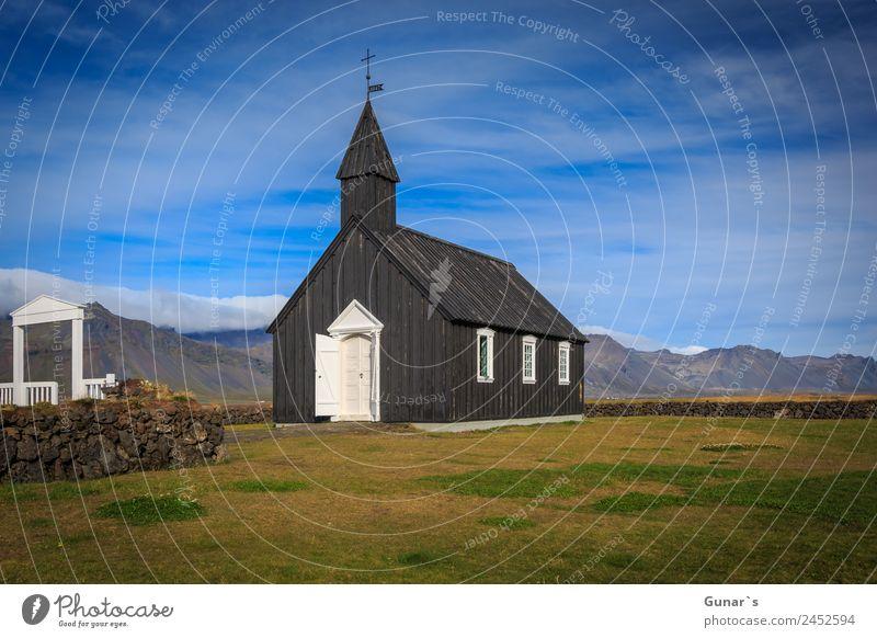 Schwarze Kirche in Budir, isländische Holzkirche mit Friedhof. Erholung ruhig Ferien & Urlaub & Reisen Tourismus Abenteuer Freiheit Expedition Camping Sommer