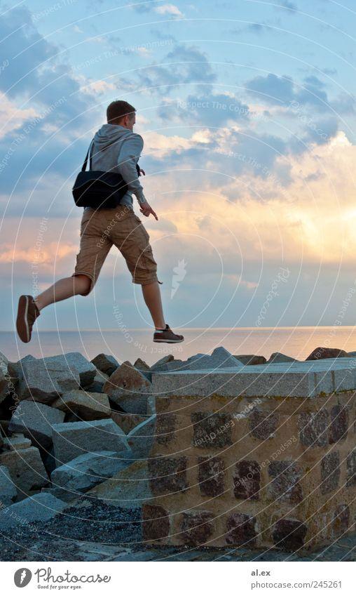 Überwindung Mensch Wasser Wand springen Stein Mauer Erwachsene Felsen Beton maskulin Unendlichkeit Lebensfreude sportlich Ostsee Schönes Wetter Begeisterung