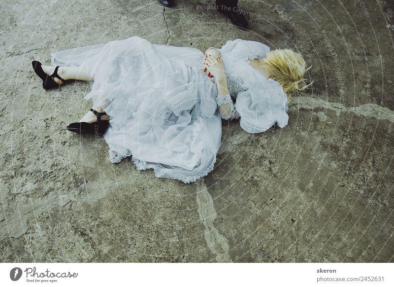 die Braut liegt auf dem Boden über den Füßen des Bräutigams. Lifestyle Wellness harmonisch Freizeit & Hobby Spielen Ferien & Urlaub & Reisen Feste & Feiern