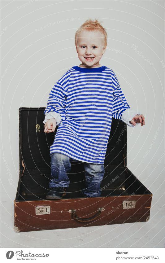 lächelnder Junge in einem langen T-Shirt im Koffer Mensch Baby Kindheit Haut Kopf Haare & Frisuren Gesicht Auge Ohr Nase Mund 1 1-3 Jahre Kleinkind Mode