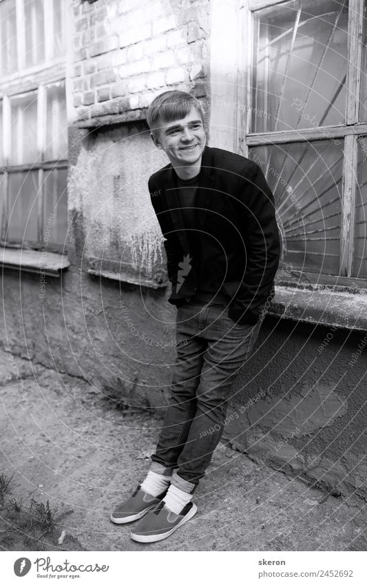 Mensch Jugendliche schön Junger Mann weiß Haus Fenster 18-30 Jahre schwarz Gesicht Straße Erwachsene Auge Wand Umwelt Mauer