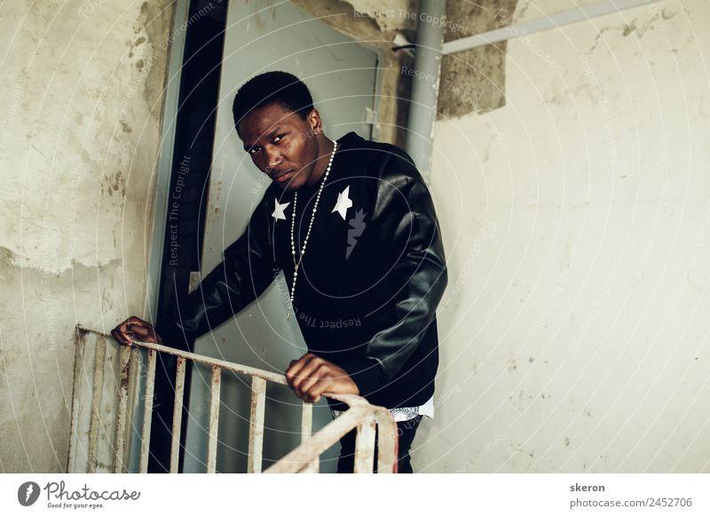 harter afrikanischer Kerl in einer stylischen Jacke Lifestyle elegant Stil Hooligan Mensch maskulin Junger Mann Jugendliche Erwachsene Haare & Frisuren Auge 1