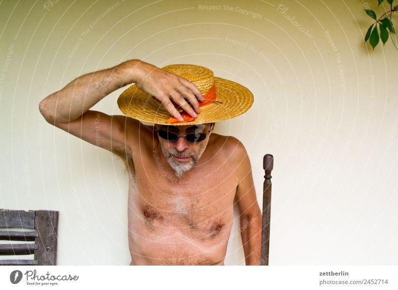 Gärtner Mensch Ferien & Urlaub & Reisen Mann nackt Sommer Männlicher Akt Haus Garten Textfreiraum Fassade Brille Hut Sonnenbrille Schutzbrille Sonnenhut