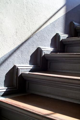 Treppe Sonne Haus Wand Innenarchitektur Textfreiraum Häusliches Leben Niveau Geländer Wohnhaus Treppenhaus Treppengeländer Karriere aufwärts abwärts