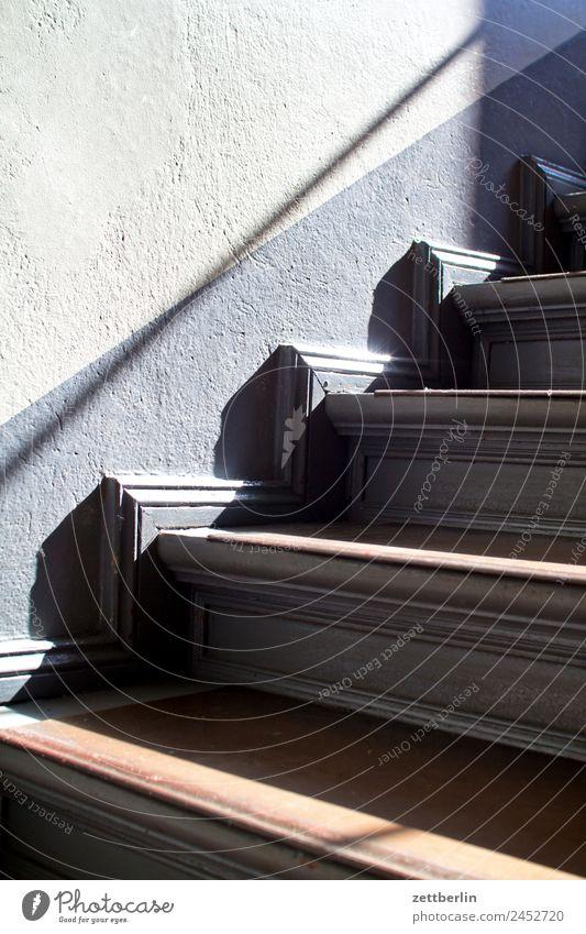 Treppe Treppenabsatz Abstieg abwärts aufsteigen aufwärts Geländer Treppengeländer Haus Karriere Mehrfamilienhaus Menschenleer Stadthaus Niveau Textfreiraum