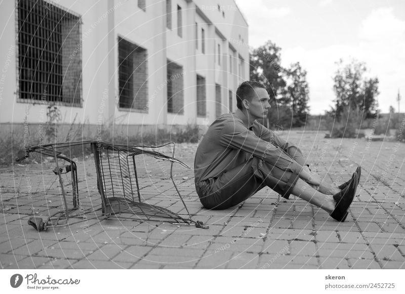 junger Mann, der in der Nähe des Korbes sitzt. Lifestyle kaufen Freizeit & Hobby ausgehen Mensch maskulin Junger Mann Jugendliche Gesicht 1 18-30 Jahre