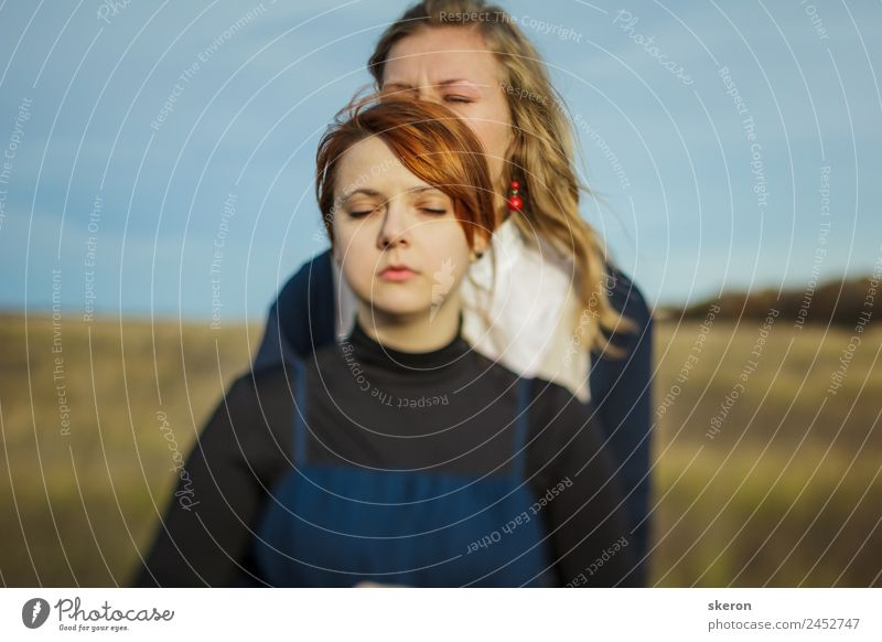 Liebespaar beim Spaziergang auf dem Sommerfeld feminin Junge Frau Jugendliche Familie & Verwandtschaft Freundschaft Paar Partner Erwachsene Kopf