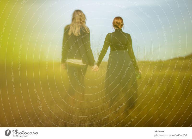mysteriöses verliebtes Paar geht auf dem Feld spazieren. Lifestyle elegant Freizeit & Hobby feminin Junge Frau Jugendliche Familie & Verwandtschaft Freundschaft