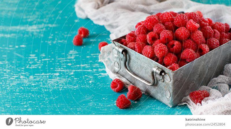 Frische Himbeeren in einer Metalldose Frucht Dessert Ernährung Frühstück Vegetarische Ernährung Diät Sommer frisch natürlich blau rosa rot türkis Hintergrund