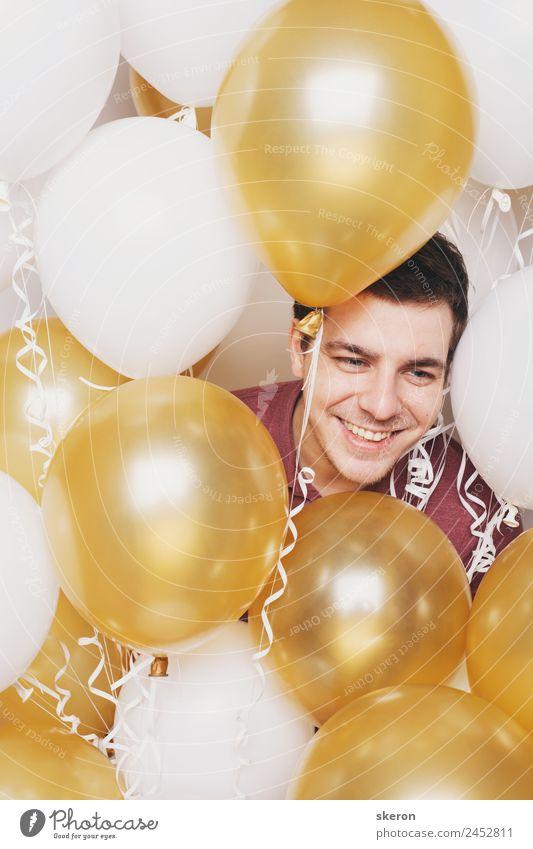 der Typ ist von Ballons umgeben. Mensch maskulin Jugendliche Erwachsene Haut Kopf Haare & Frisuren Gesicht Auge Mund Lippen Zähne 1 18-30 Jahre Mode Bekleidung