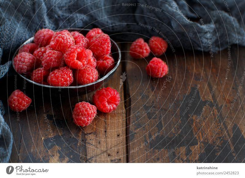 Frische Himbeeren in einer Metallschale Frucht Dessert Ernährung Frühstück Vegetarische Ernährung Diät Schalen & Schüsseln Sommer frisch natürlich rosa rot