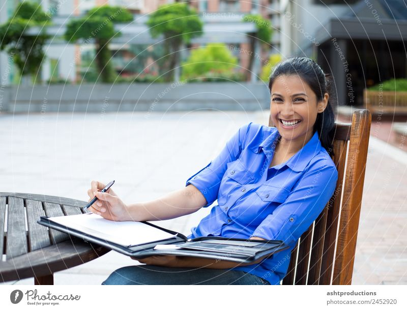 Glücklicher Schüler Erwachsenenbildung Schule lernen Praktikum Studium Student Prüfung & Examen Mensch Frau 1 18-30 Jahre Jugendliche Musiknoten Papier
