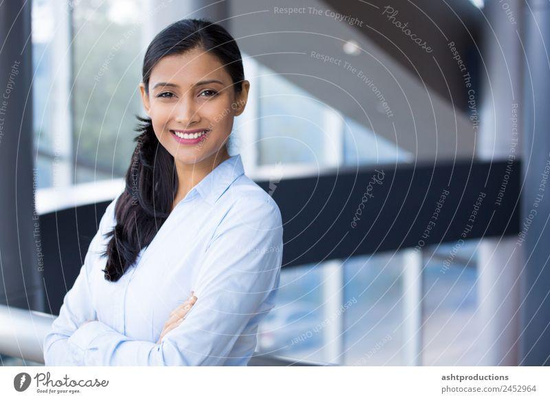 Frau Mensch Jugendliche 18-30 Jahre Erwachsene Gefühle Glück Business Büro Kraft Telekommunikation Fröhlichkeit Erfolg Studium Coolness Freundlichkeit
