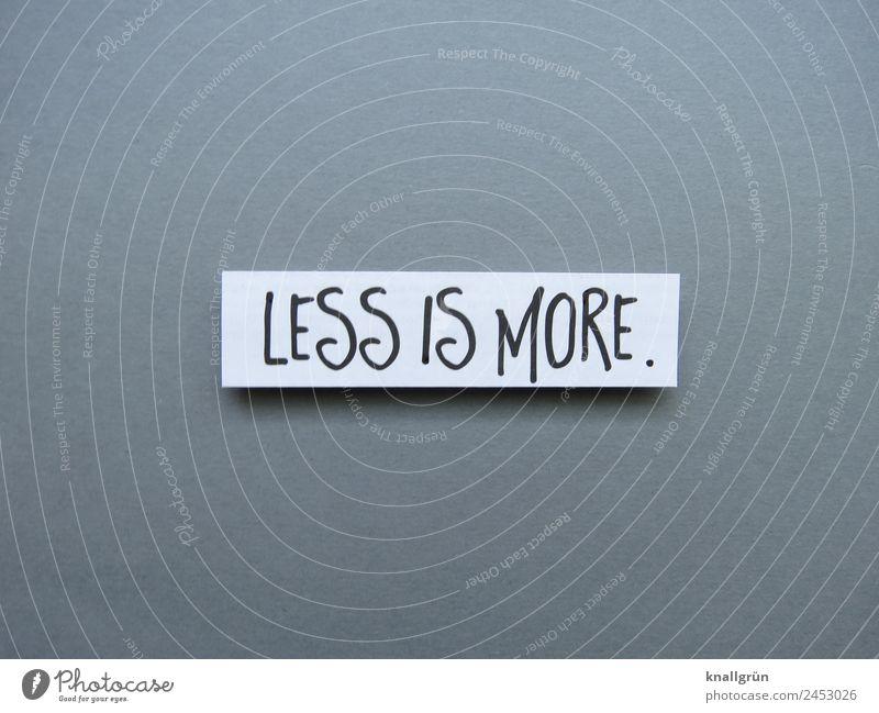 Less is more. weniger ist mehr minimalistisch einfach Redewendung Oxymoron Buchstaben Wort Satz Schriftzeichen Hintergrund neutral Typographie Sprache Text
