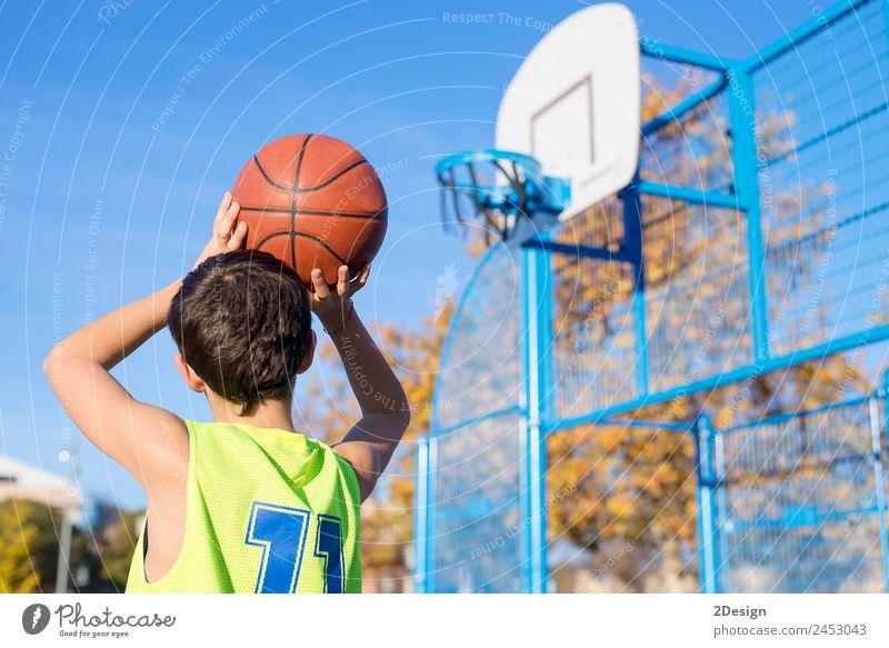 Teenager wirft einen Basketball in den Reifen. Lifestyle Freude sportlich Erholung Freizeit & Hobby Spielen Sport Mensch maskulin Junge Mann Erwachsene 1