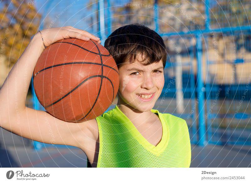 Junger Basketballspieler auf dem Platz stehend Lifestyle Freude Erholung Freizeit & Hobby Spielen Sport Ball Mensch maskulin Junger Mann Jugendliche Erwachsene