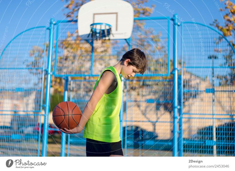 Junger Basketballspieler steht auf dem Platz und trägt ein gelbes ärmelloses Lifestyle Freude Erholung Freizeit & Hobby Spielen Sport Ball Mensch maskulin Mann