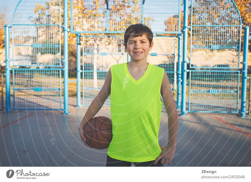 Teenager-Junge hält einen Basketball auf einem Platz. Lifestyle Erholung Spielen Sport Ball Telefon PDA Mensch maskulin Junger Mann Jugendliche Erwachsene 1