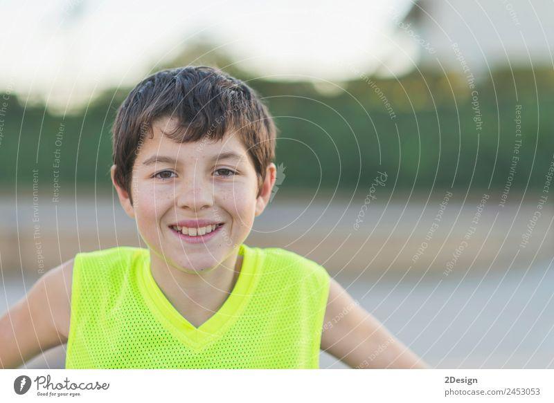 oung Teenager mit einem gelben Basketballarm ohne Ärmel lächelnd. Lifestyle Freude Glück Erholung Sommer Sport Kind Mensch Junge Junger Mann Jugendliche