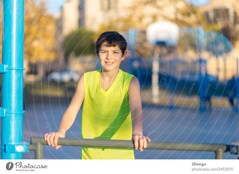 Teenager, der einen gelben Basketball ärmellos trägt, lächelnd. Lifestyle Freude Glück Erholung Sommer Sport Kind Mensch Junge Mann Erwachsene Jugendliche 1