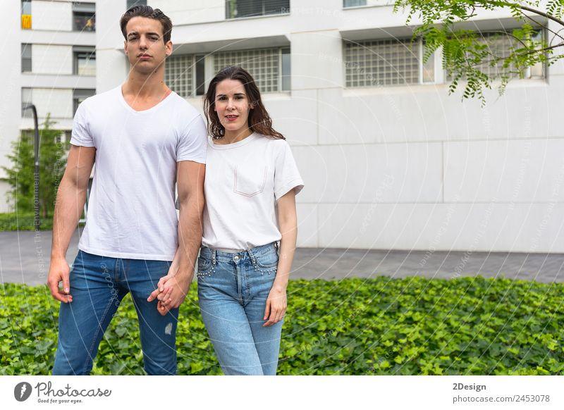 Das stilvolle junge Paar verbringt Zeit miteinander im Freien. Lifestyle Stil Glück schön Mensch maskulin feminin Junge Frau Jugendliche Junger Mann Erwachsene