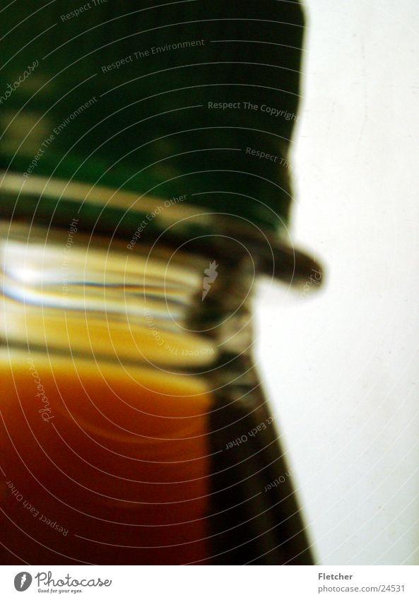 flasche Cola durchleuchtet grün braun Flüssigkeit dunkel Am Rand Flasche Verschluss Drehverschluss hell Durst Verschlussdeckel Detailaufnahme Nahaufnahme