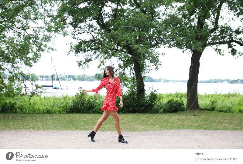 Jessica feminin Frau Erwachsene 1 Mensch Pflanze Baum Park Küste Hamburg Außenalster Segelboot Kleid Stiefel brünett langhaarig beobachten drehen gehen Lächeln