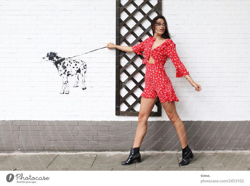 Jessica Frau Mensch Hund schön Tier Erwachsene Leben feminin Bewegung gehen Coolness Neugier entdecken festhalten Überraschung Wachsamkeit