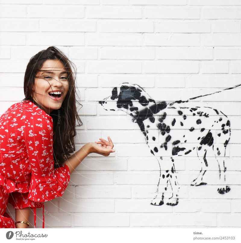 Jessica feminin Frau Erwachsene 1 Mensch Gemälde Mauer Wand Hemd brünett langhaarig Hund Tier Graffiti entdecken festhalten Kommunizieren lachen Blick