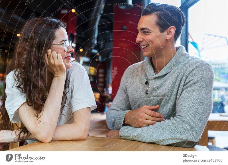 Seitenansicht eines liebenden Paares, das sich gegenseitig ansieht. Mittagessen Kaffee Lifestyle Glück schön Freizeit & Hobby Tisch Restaurant Flirten sprechen