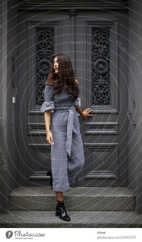 Jessica feminin Frau Erwachsene 1 Mensch Haus Treppe Fassade Tür Anzug Stiefel brünett langhaarig beobachten festhalten Blick stehen dunkel schön selbstbewußt