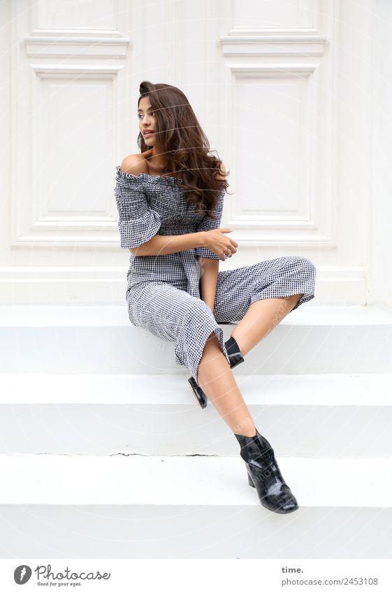 Jessica feminin Frau Erwachsene 1 Mensch Mauer Wand Treppe Fassade Mode Hemd Hose Stiefel brünett langhaarig Locken beobachten festhalten Blick sitzen warten