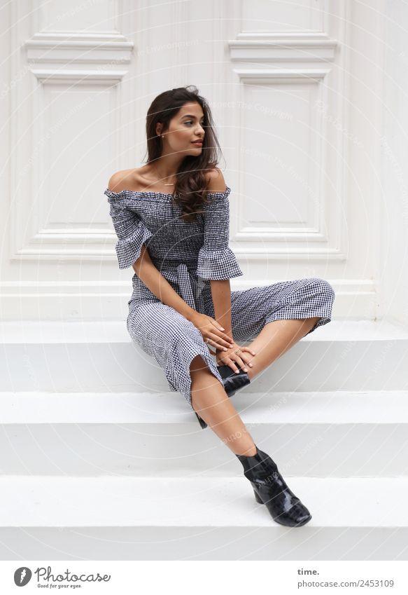 Jessica feminin Frau Erwachsene 1 Mensch Treppe Tür Anzug Stiefel brünett langhaarig Locken beobachten Blick sitzen elegant schön Mode Farbfoto Außenaufnahme
