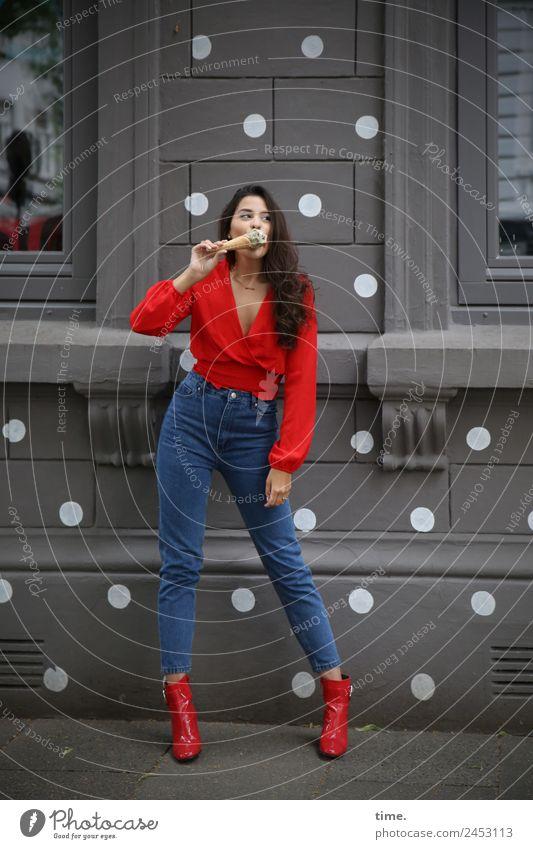 Jessica Speiseeis feminin Frau Erwachsene 1 Mensch Mauer Wand Fenster Hemd Jeanshose Damenschuhe brünett langhaarig Locken beobachten Essen Blick stehen warten