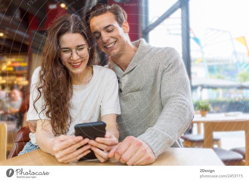 Lustiges Paar oder Heirat mit einem Smartphone Lifestyle kaufen Freude Glück Spielen Wohnung Haus Valentinstag Hochzeit Telefon PDA Internet Mensch maskulin