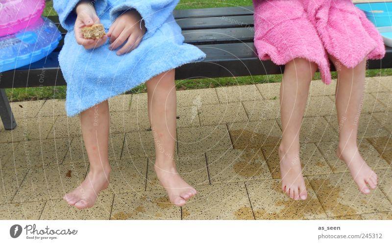 Pause für zwei Bademäntel ;-) Mensch Kind Jugendliche blau Mädchen Junge Stein Fuß Schwimmen & Baden Zusammensein rosa Kindheit sitzen warten nass frisch