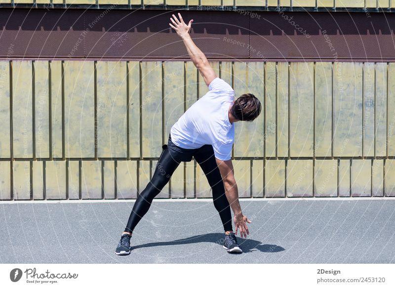 Athletischer Mann, der sich vor dem Laufen aufwärmt. Lifestyle Erholung Freizeit & Hobby Sommer Sport Joggen Mensch maskulin Junger Mann Jugendliche Erwachsene