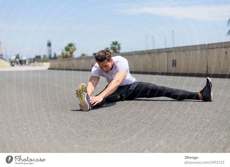 Sportler im Stadtpark wärmend und ausdehnend Lifestyle Erholung Mensch maskulin Junger Mann Jugendliche Erwachsene 18-30 Jahre Brücke Fitness sitzen muskulös