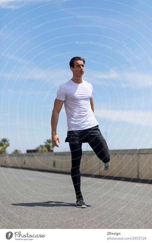 Junger Mann, der sich nach dem Joggen in der Stadt ausdehnt. Lifestyle Körper Wellness Sommer Sport maskulin Jugendliche Erwachsene 1 Mensch 18-30 Jahre Fitness