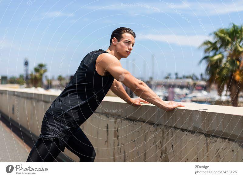 Starker Mann, der die Wade streckt und sich an der Wand lehnt. Lifestyle Körper Gesundheitswesen Wellness Sommer Sport Mensch maskulin Junger Mann Jugendliche