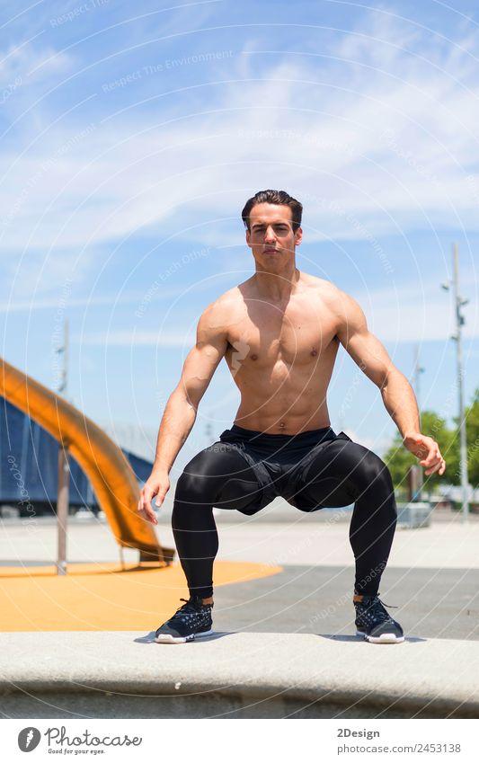 Athlet beim Training auf einer Cross-Fit Sprungkiste draußen an einer Wand. Lifestyle Körper Gesundheit sportlich Fitness Erholung Sommer Sport Sport-Training