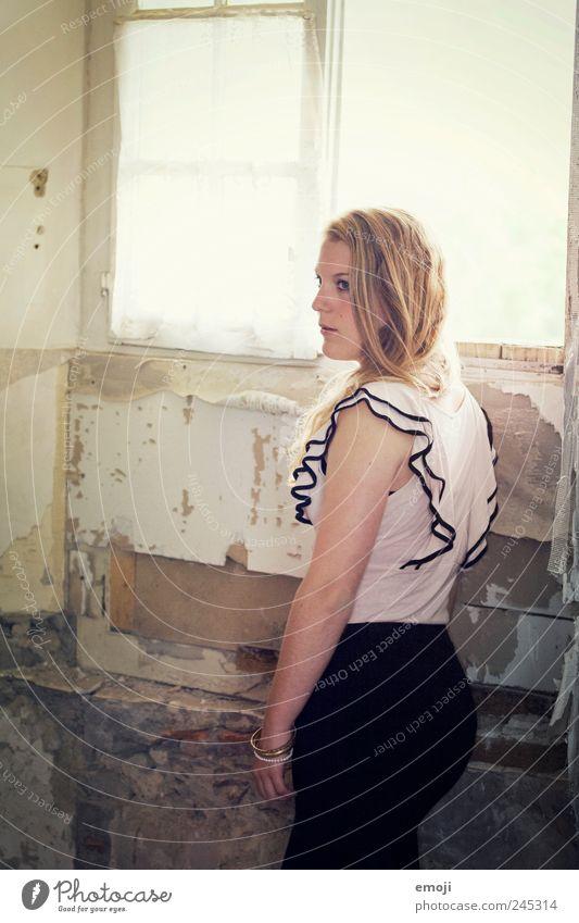 aber.. Mensch Jugendliche alt schön feminin Fenster blond stehen einzigartig verfallen Junge Frau