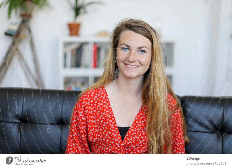 lächelnde junge Frau, die zu Hause auf dem Sofa liegt. Lifestyle Glück schön ruhig Freizeit & Hobby Mensch feminin Junge Frau Jugendliche Erwachsene 1