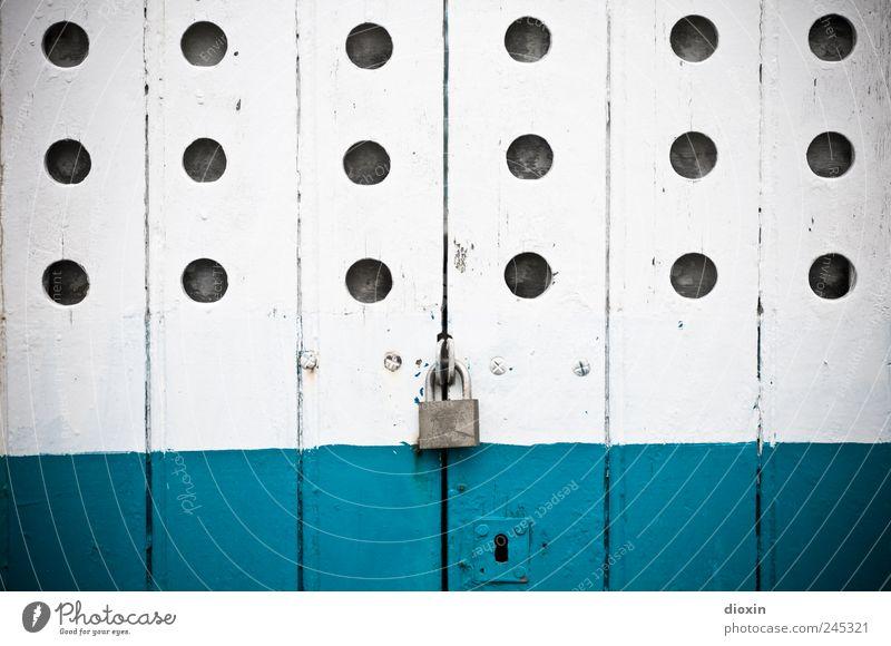 fermé alt weiß blau Wasserfahrzeug Autotür Vergänglichkeit Vergangenheit türkis Loch Schloss Schifffahrt Verbote abblättern Fischerboot Schlüsselloch Türschloss