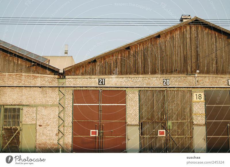 21 .. 20 .. 18 .. Haus Fabrik Gebäude Mauer Wand Ziffern & Zahlen alt Autotür Tor Gebäudeteil Dach Hochspannungsleitung Elektrizität Bahngelände Himmel Holz