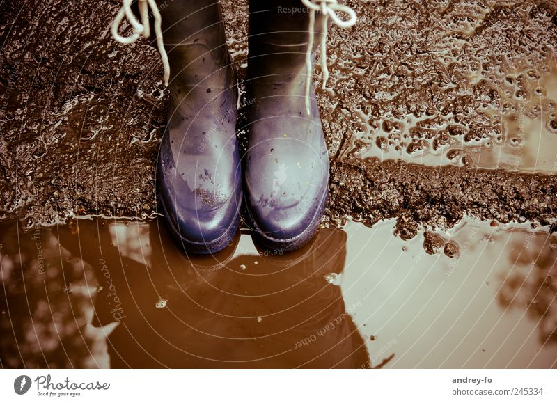 Gummistiefel Beine Stiefel wandern dreckig braun 2 paarweise Schnürstiefel Wasser Reflexion & Spiegelung herbstlich nass Vogelperspektive kalt schlechtes Wetter