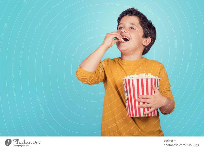 glücklicher Junge mit Popcorn Lebensmittel Lifestyle Freude Freizeit & Hobby Mensch maskulin Kind Kleinkind Kindheit 1 8-13 Jahre Theater Kino Filmindustrie