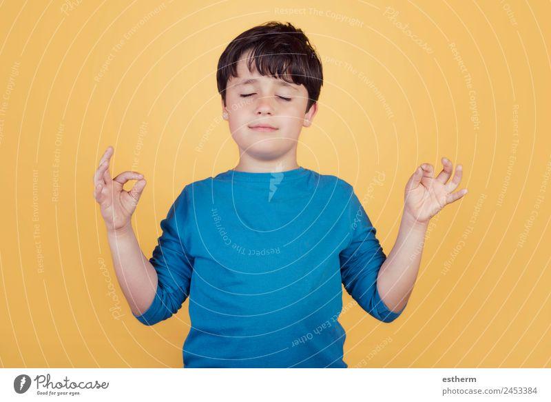 Portrait des Kindes über Yoga-Meditation Lifestyle Wellness harmonisch Wohlgefühl Erholung Mensch maskulin Kleinkind Junge Kindheit 1 8-13 Jahre Denken Lächeln