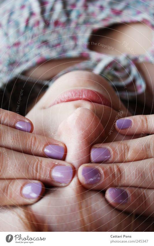 x Maniküre Kosmetik Nagellack feminin Frau Erwachsene Gesicht Finger 1 Mensch berühren liegen Blick einzigartig nah natürlich violett Sicherheit Schutz blind